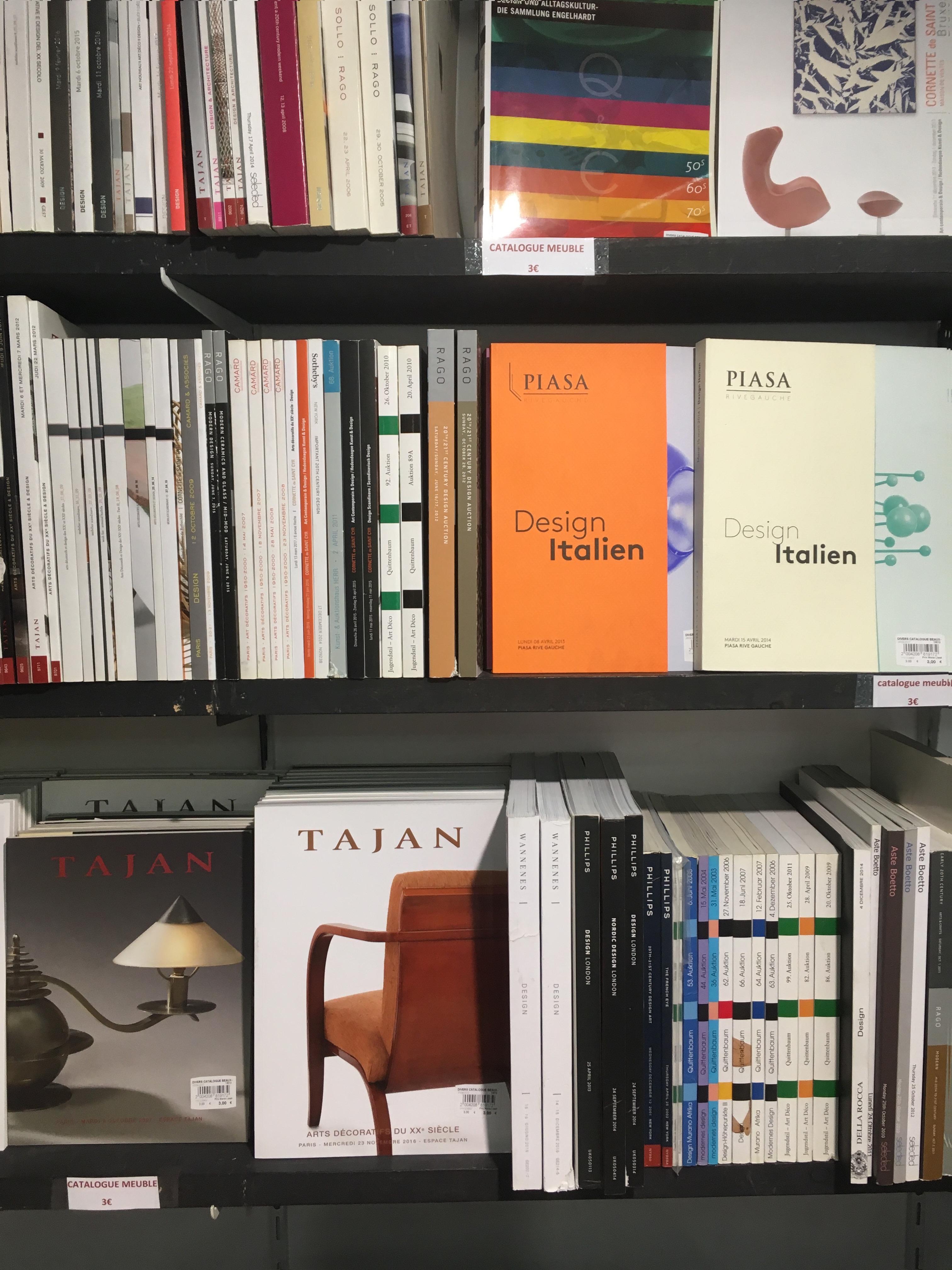 bibliothèque pleine de catalogue sur le mobilier chez Mona lisait
